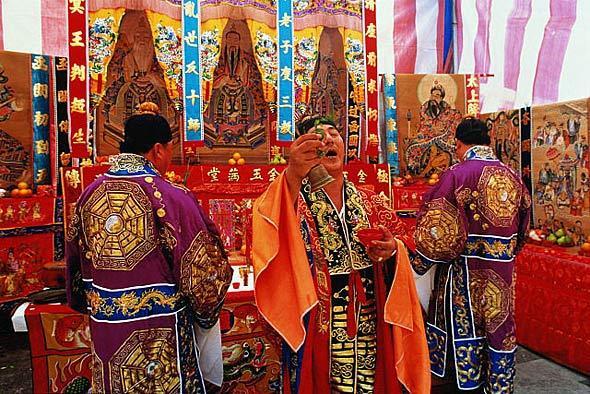 Китайские священники на фестивале Голодных Призраков