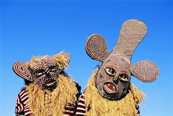 Танцоры в традиционных масках
