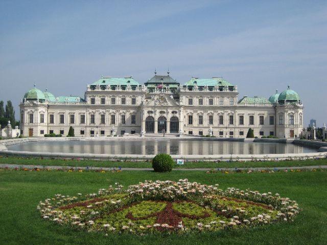 Бывшая резиденция императоров семьи Габсбургов - Карлскирхе.